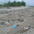 佐敷干潟の漂着ゴミ